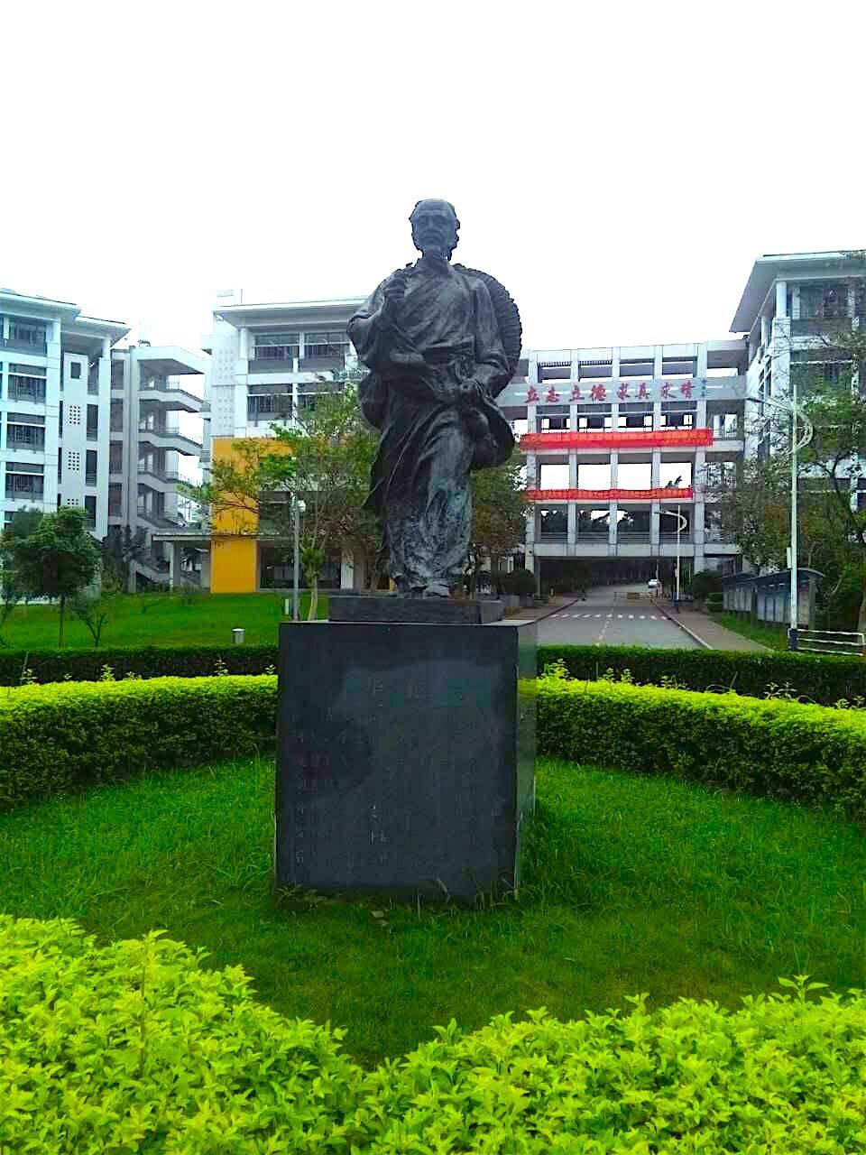 Patung Hua Tuo di Guangdong Medical University