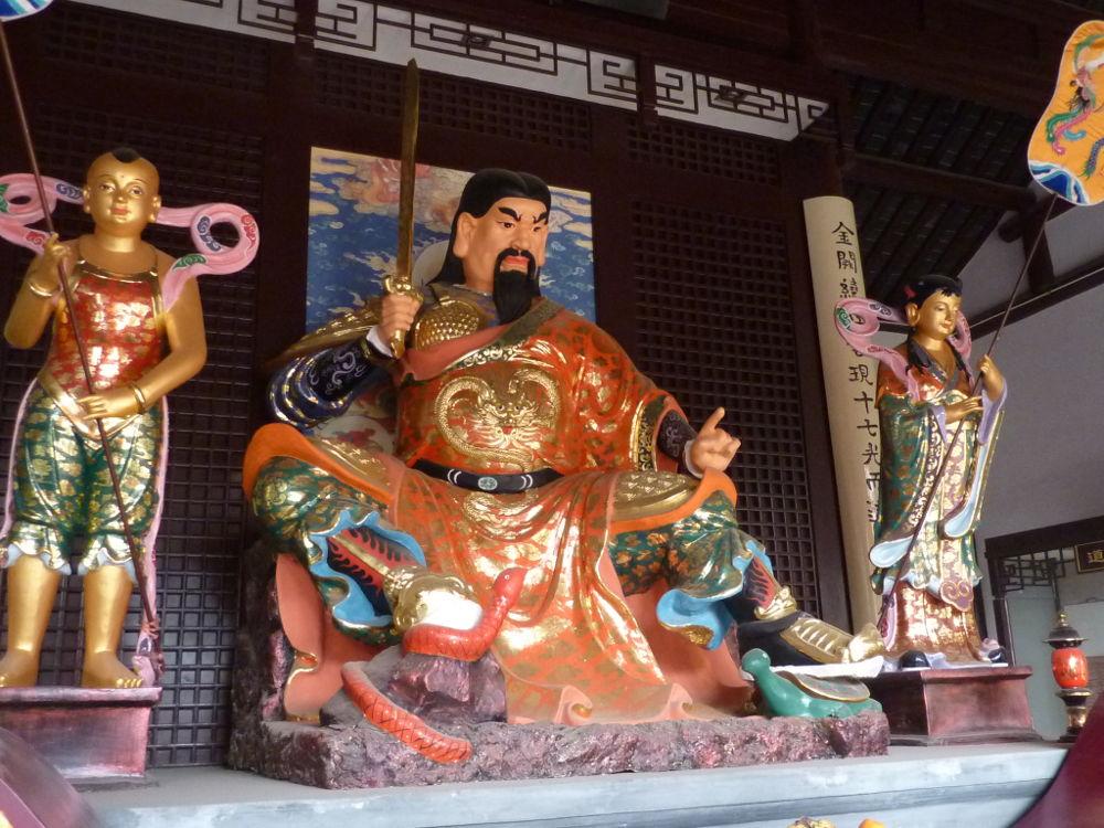 Dewa Xuan Tian Shang Di (玄天上帝) bersama kedua jenderal, serta ular dan kura-kura di bawah kakinya. Di Istana Wudang, Yangzhou, Tiongkok.