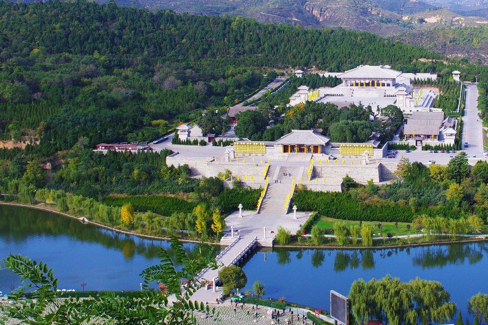 Kuil Xuanyuan (轩辕殿) di tanah Mausoleum Kaisar Kuning. Kuil ini didedikasikan untuk menyembah Huang Di (黄帝).