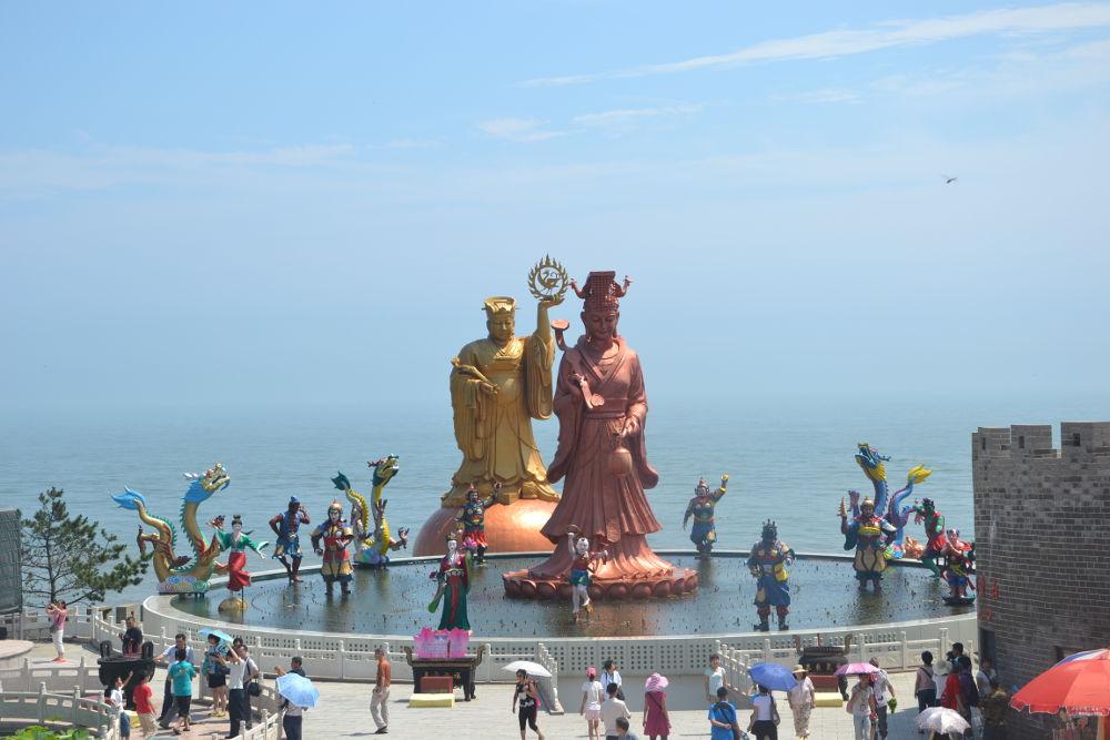 Patung Dewi Tian Shang Sheng Mu (天上圣母) / Mazu (Tengah) membawa Lentera dan Tablet Seremonial Hu di Weihai Tiongkok